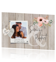 Save the date kaart in houtlook met foto en bloemen